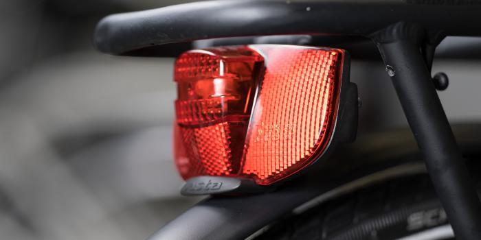 Stadfietsen van Bike and Co achterlicht rood